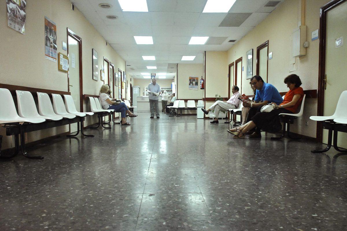 Varios pacientes en la sala de espera de un centro de salud (FOTO: DM).