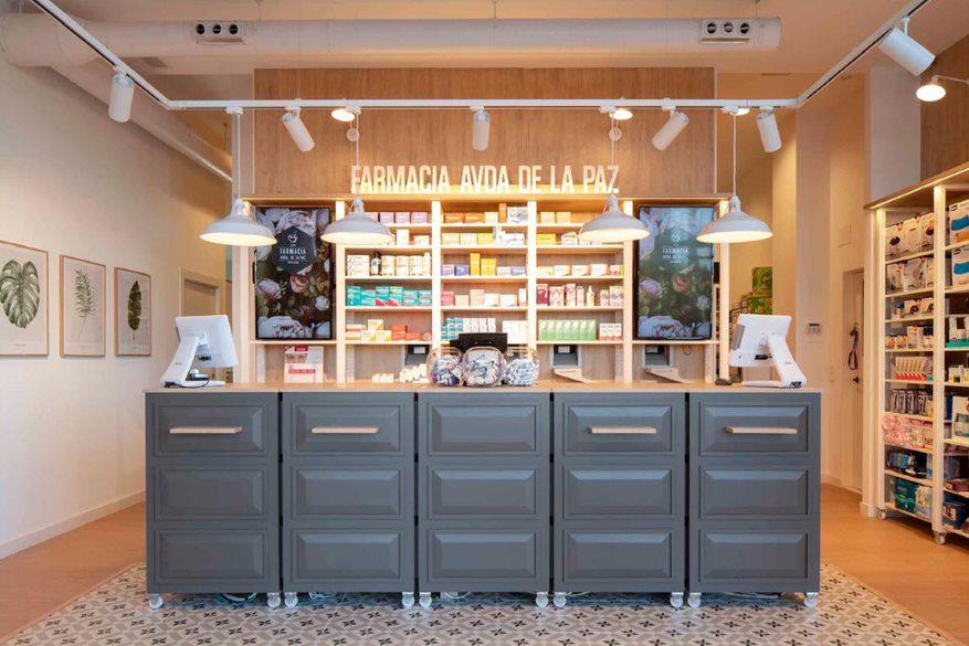 Farmacia Avenida de La Paz, en Getafe (Madrid), ha apostado por colores grises, el roble y las baldosas hidráulicas. FOTO: AMJ.