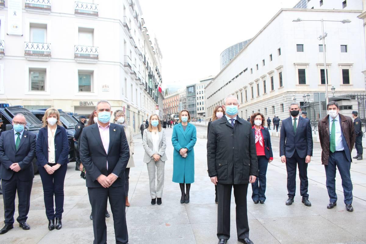 Homenaje de los representantes de la profesión a los 80 médicos fallecidos en el ejercicio de su profesión durante la pandemia.