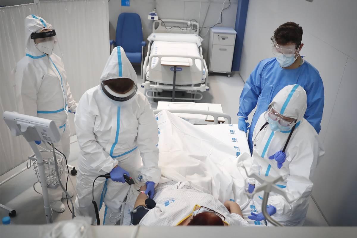 Profesionales con la primera paciente ingresada en el Hospital Isabel Zendal (Comunidad de Madrid)