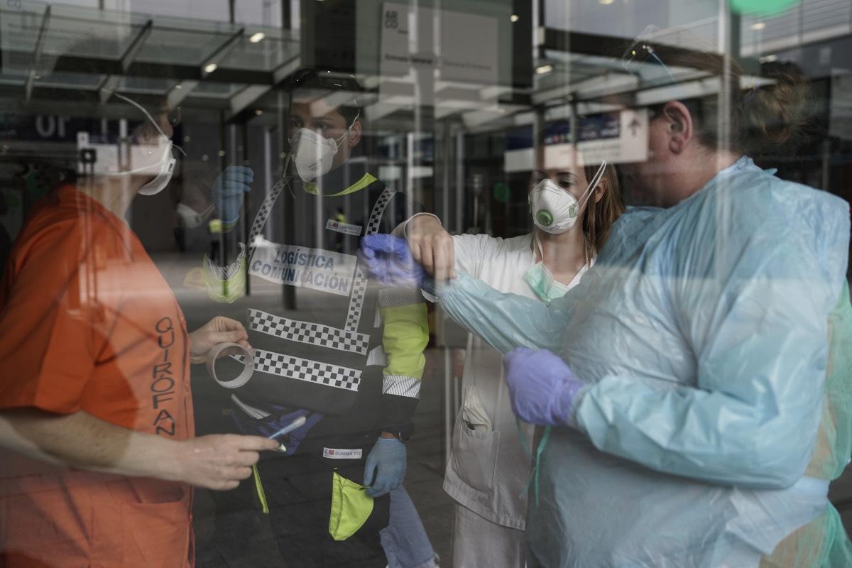 Varios profesionales sanitarios, en las puertas del hospital provisional de Ifema instalado en su día en Madrid (FOTO: Alberto Di Lolli).