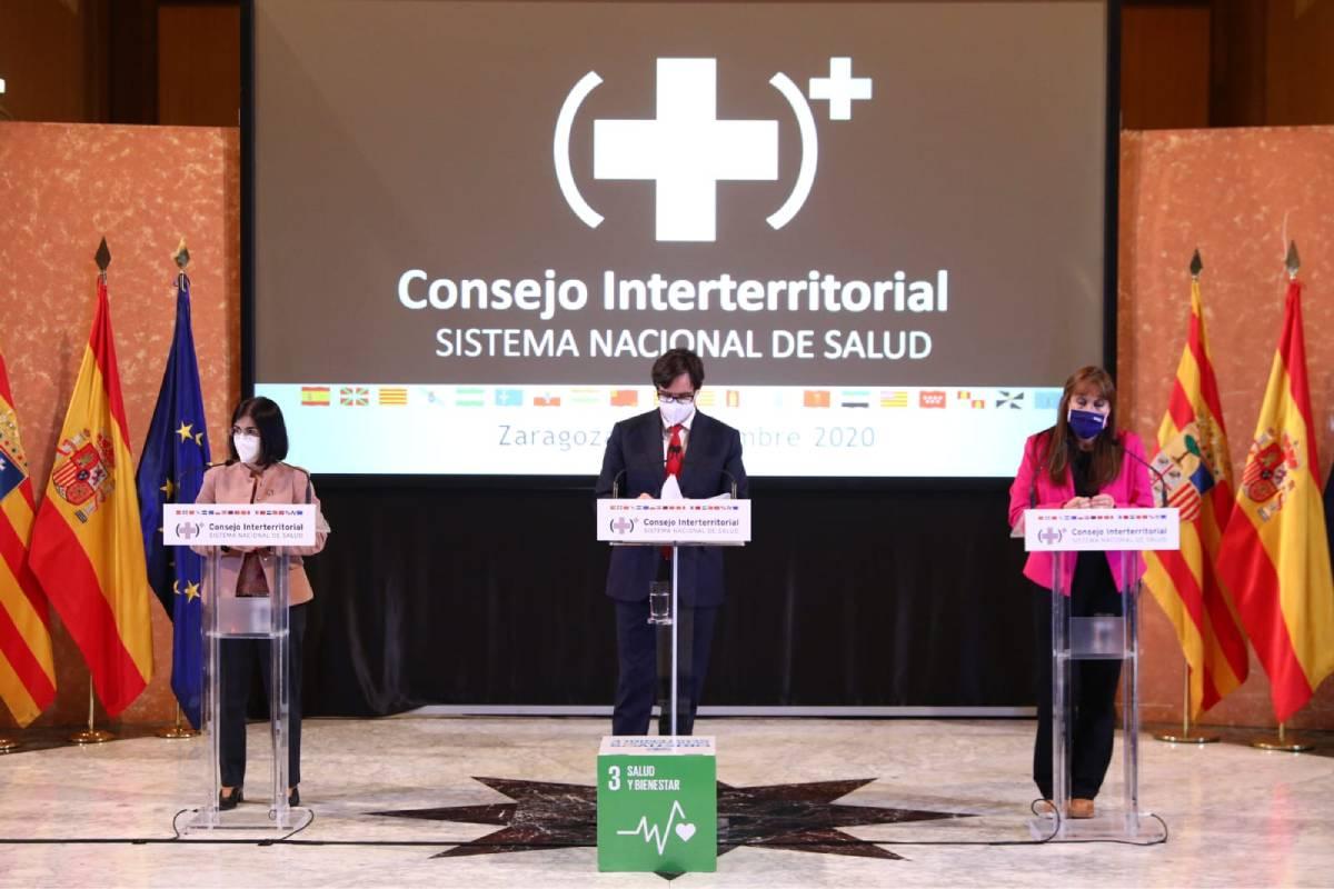 El ministro de Sanidad, Salvador Illa, flanqueado por la ministra de Política Territorial, Carolina Darias, y la consejera de Sanidad de Aragón, Sira Ripollés (Gobierno de Aragón)