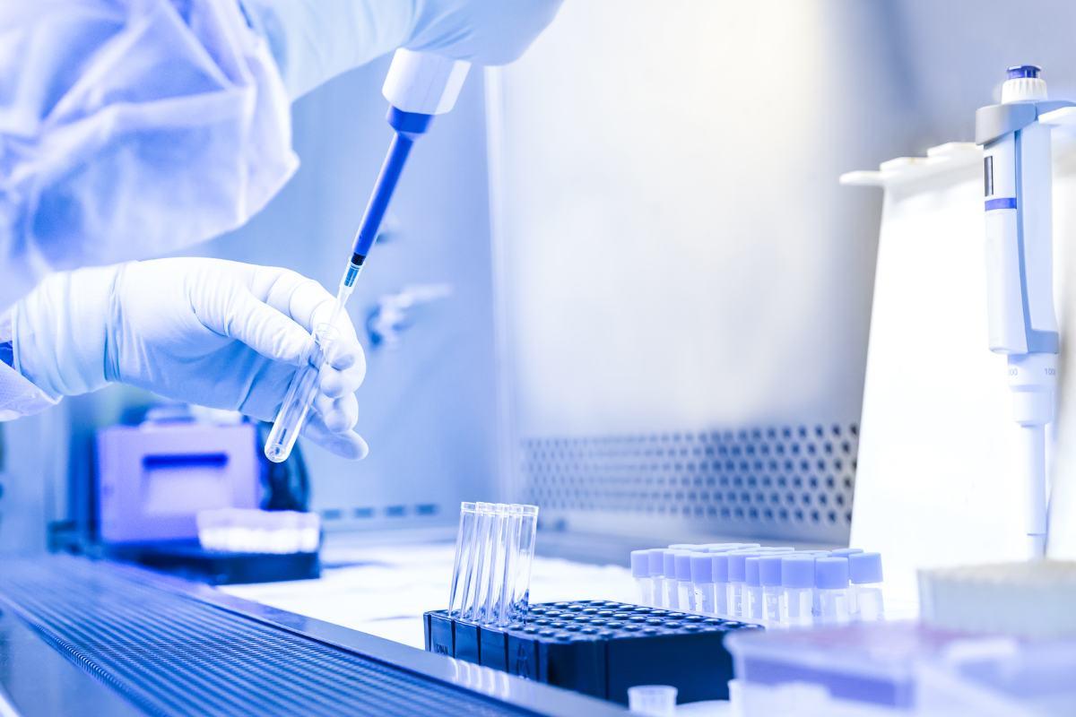 """AstraZeneca defiende que valorar diferentes tipos de vacunas combinadas """"podría ayudar a desbloquear sinergias en la protección y mejorar la accesibilidad""""."""