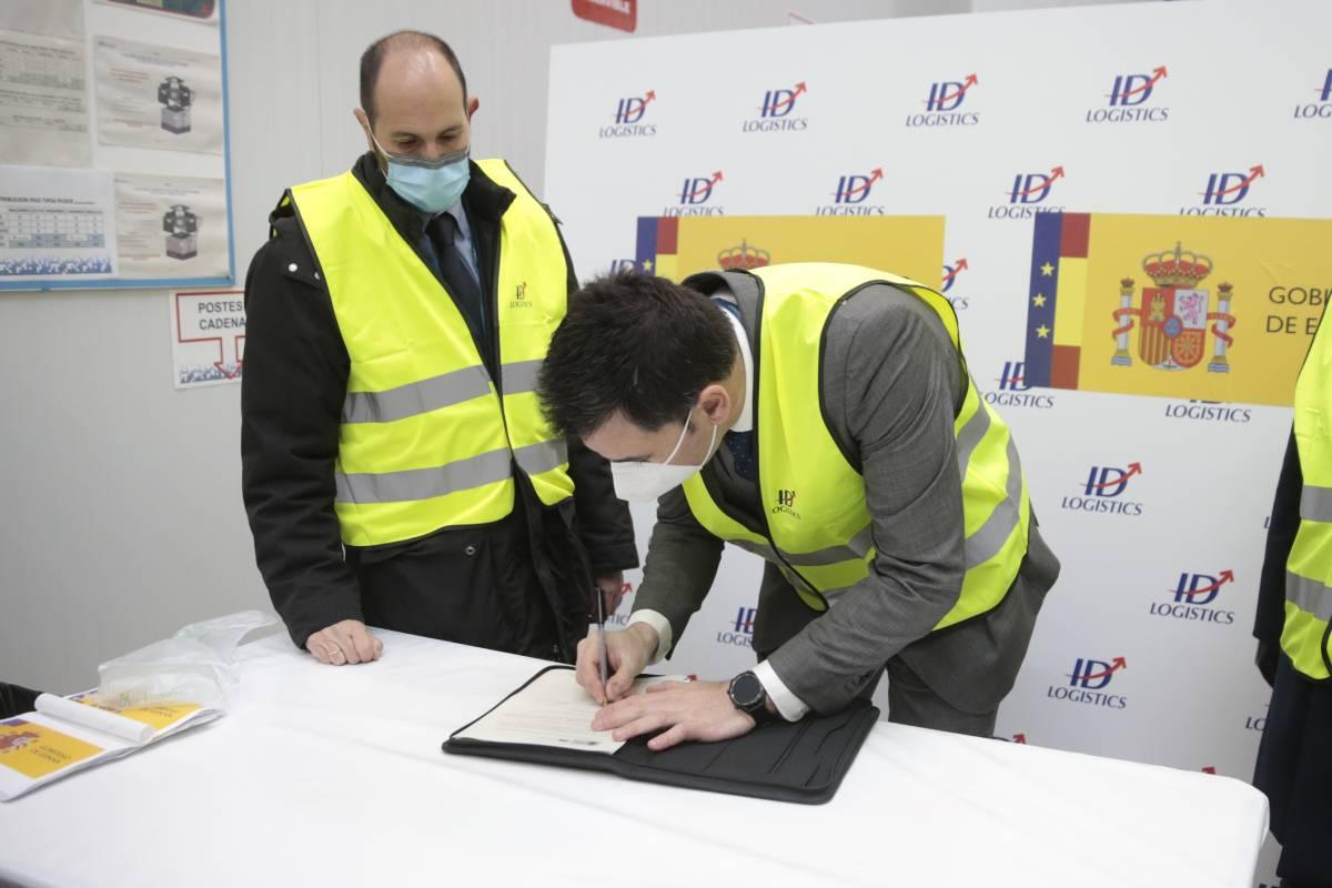 Sergio Rodr�guez (Izquierda), director general de Pfizer España, a la llegada de la vacuna.