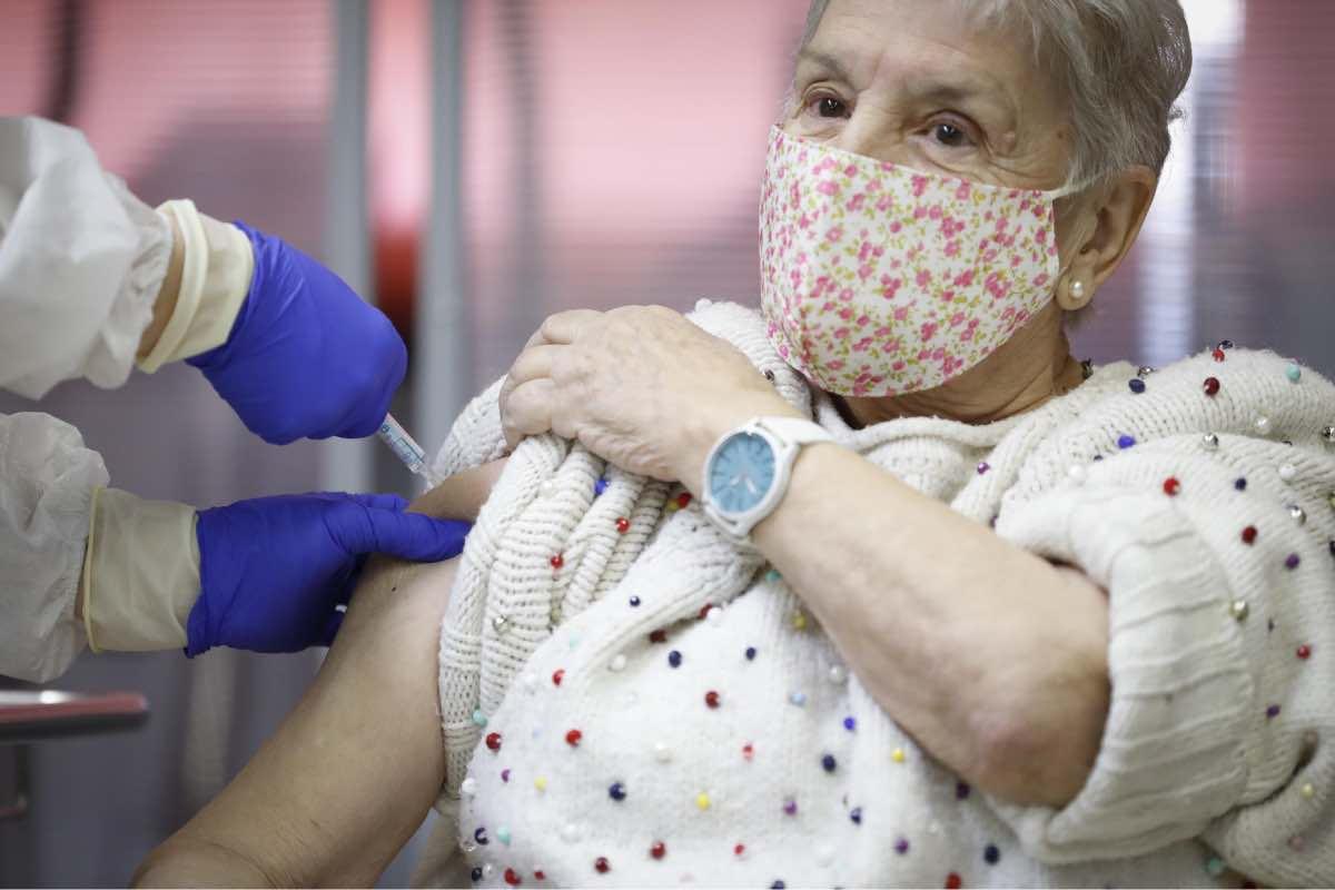 María, 86 años, de la Residencia Vallecas, en Madrid, ha sido la segunda persona vacunada en la capital de España (FOTO: CAM).