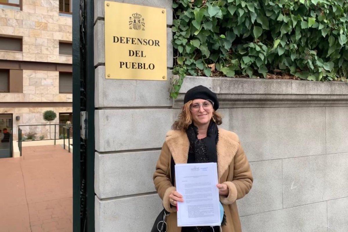 María Fernández, vicepresidenta de Semfyc, hoy, a las puertas de la sede del Defensor del Pueblo.