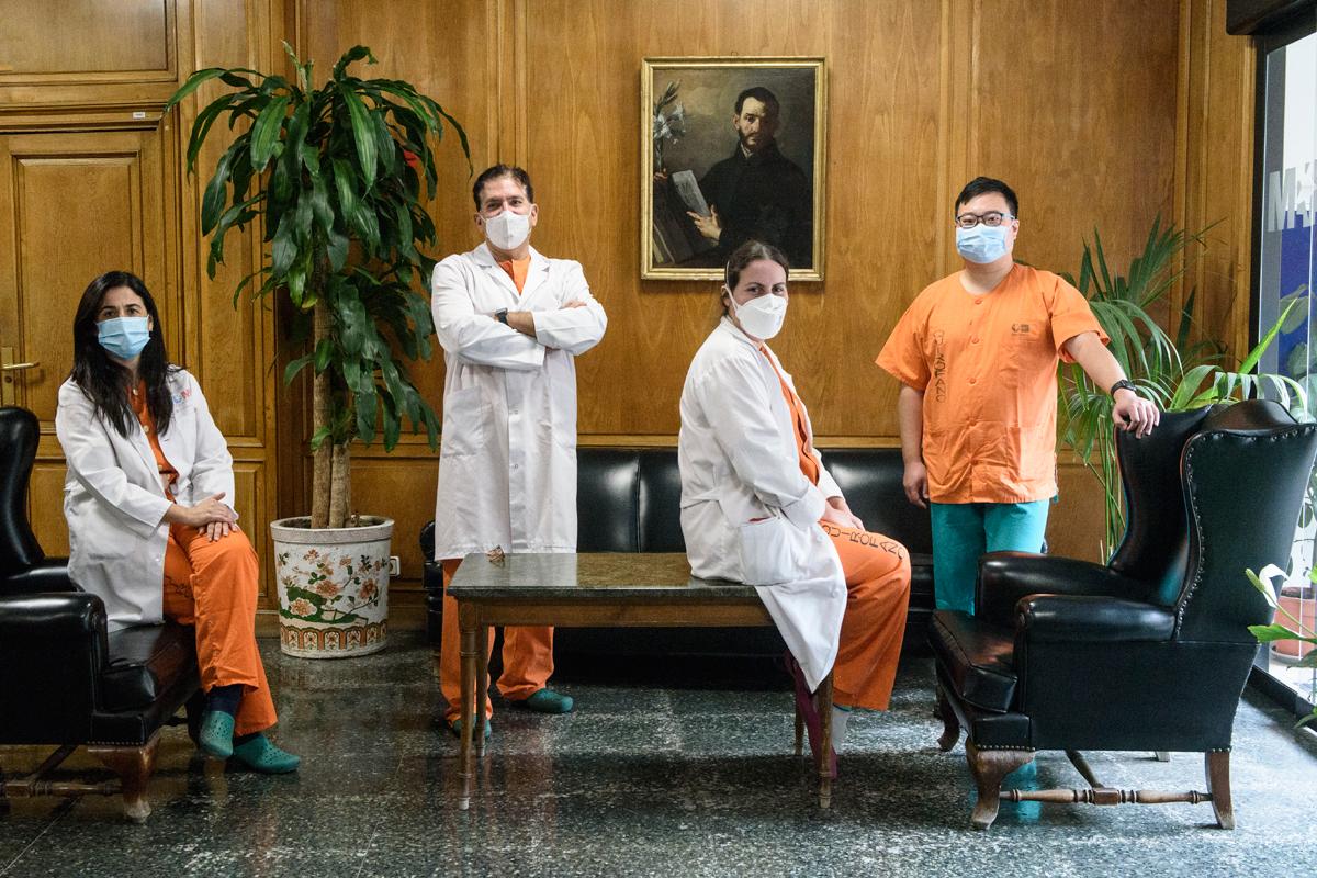 Marta Fuentes Alonso, Luis Puente, jefe de Servicio; Rosa Gómez García y Zichen Ji, del Servicio de Neumología del Hospital Gregorio Marañón, de Madrid. Foto: Luis Camacho.
