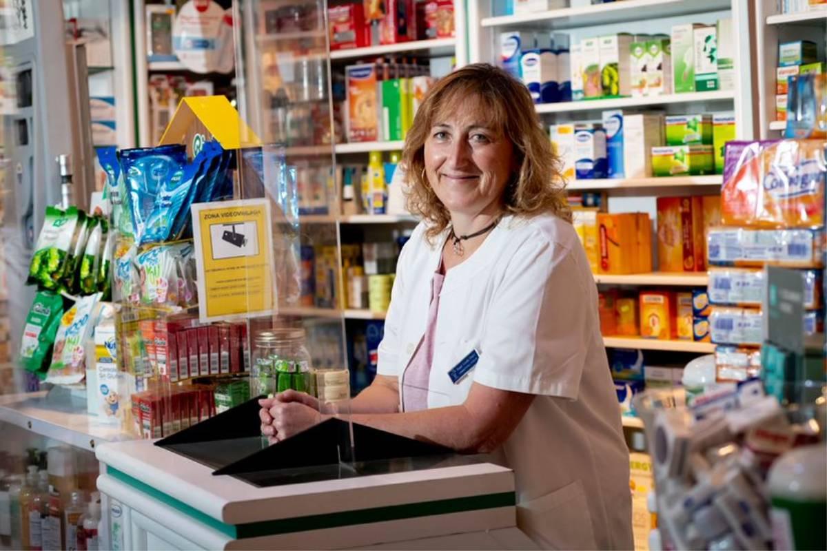 Raquel Casado, en su farmacia de Buitrago de Lozoya (Madrid). / J.L. Pindado.