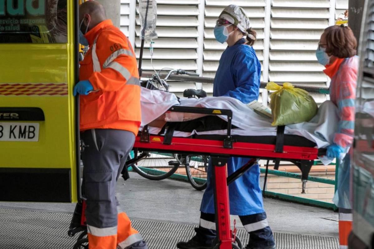 Personal sanitario lleva a un paciente a las urgencias del Hospital Clínico Universitario Lozano Blesa de Zaragoza. (EFE/Javier Cebollada)