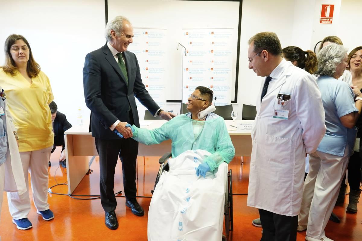 Consejero de Sanidad de Madrid, Enrique Escudero saludando a Jorge Washington, primer paciente operado de trasplante de corazón con asistolia en el Hospital Puerta de Hierro.