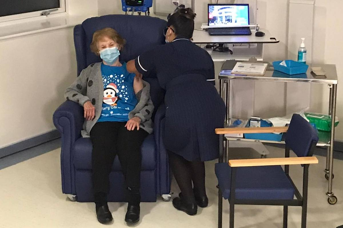 Margaret Keenan, la primera británica vacunada de la covid en Reino Unido, de 90 años. / NHS.