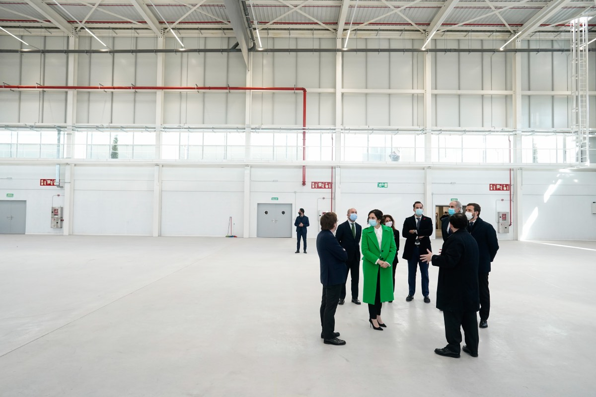 Isabel Díaz Ayuso, rodeada del resto de las autoridades, durante un momento de la visita previa a la inauguración del Hospital Isabel Zendal (FOTO: CAM).