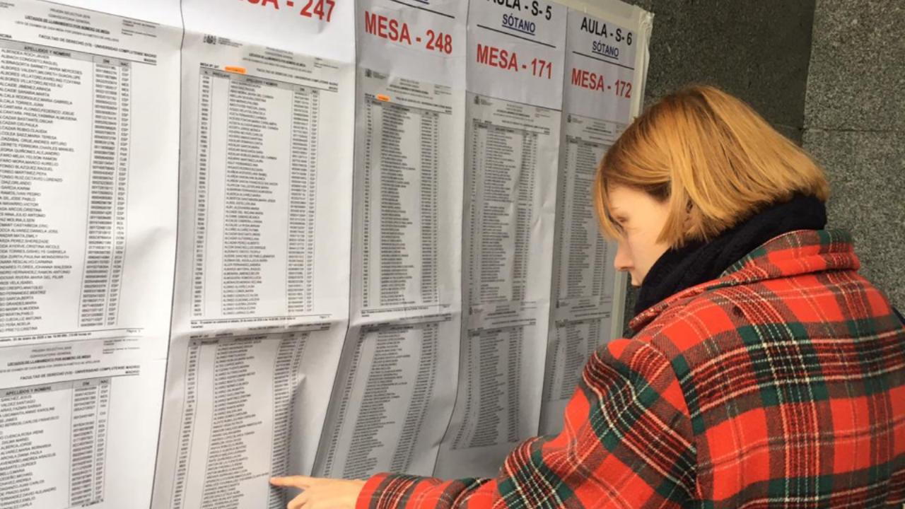 Una estudiante consulta las listas para hacer el examen EIR 2020