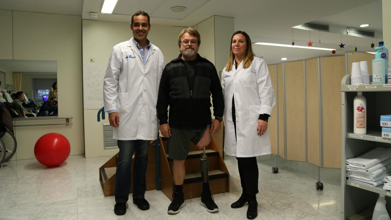 Pablo Corona, el paciente Jordi Bellart y Almudena Crespo, en el Vall d'Hebron.