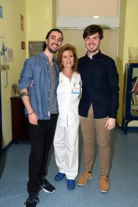 Carlos Clerencia y Sergio Palomeque, junto a un miembro del Hospital Niño Jesús, superaron un cáncer y hacen vida normal aunque son resvisados en la consulta de seguimiento del Niño Jesús de Madrid.