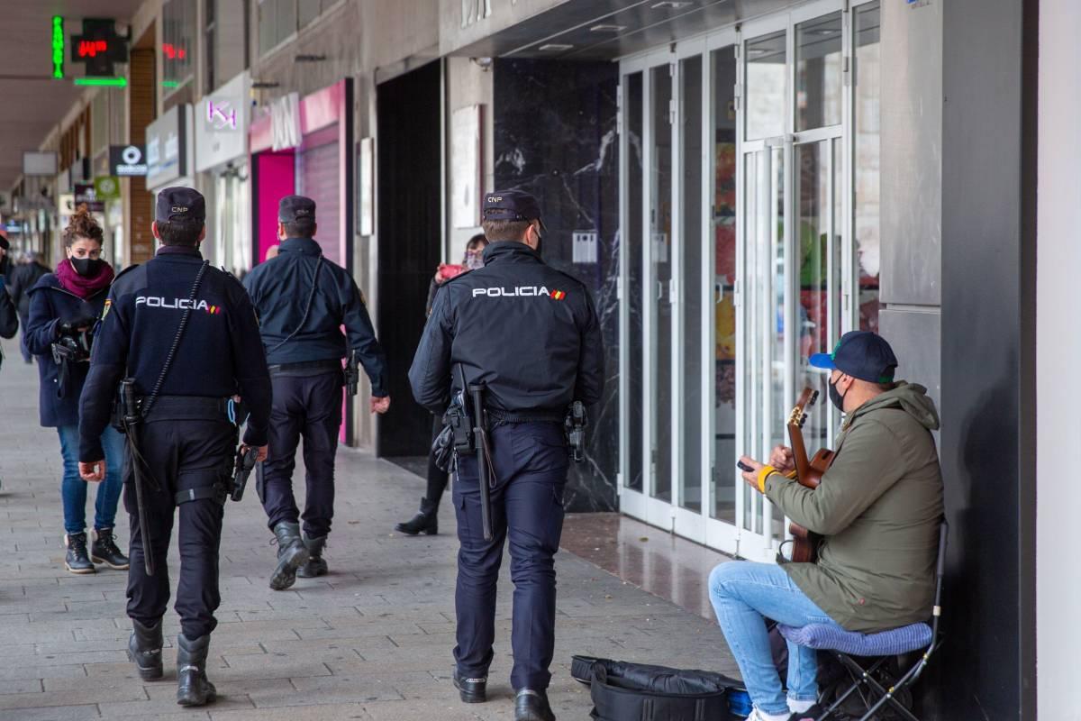 Policía de Logroño, La Rioja, comprobando el cumplimiento de las restricciones (EFE/Raquel Manzanes)