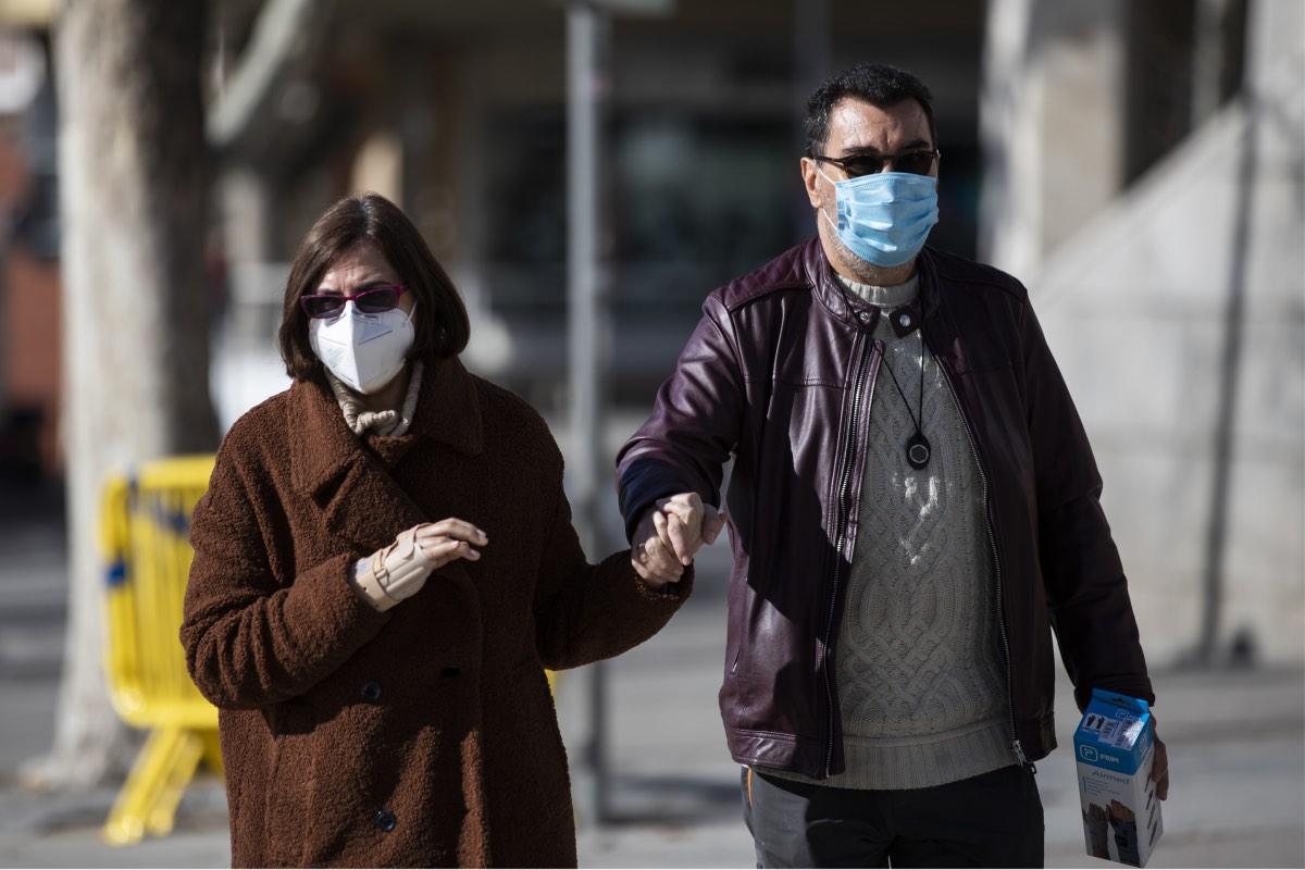 Dos personas pasean por la calle con sendas mascarillas, una FFP2 y otra quirúrgica (FOTO: Bernardo Díaz).