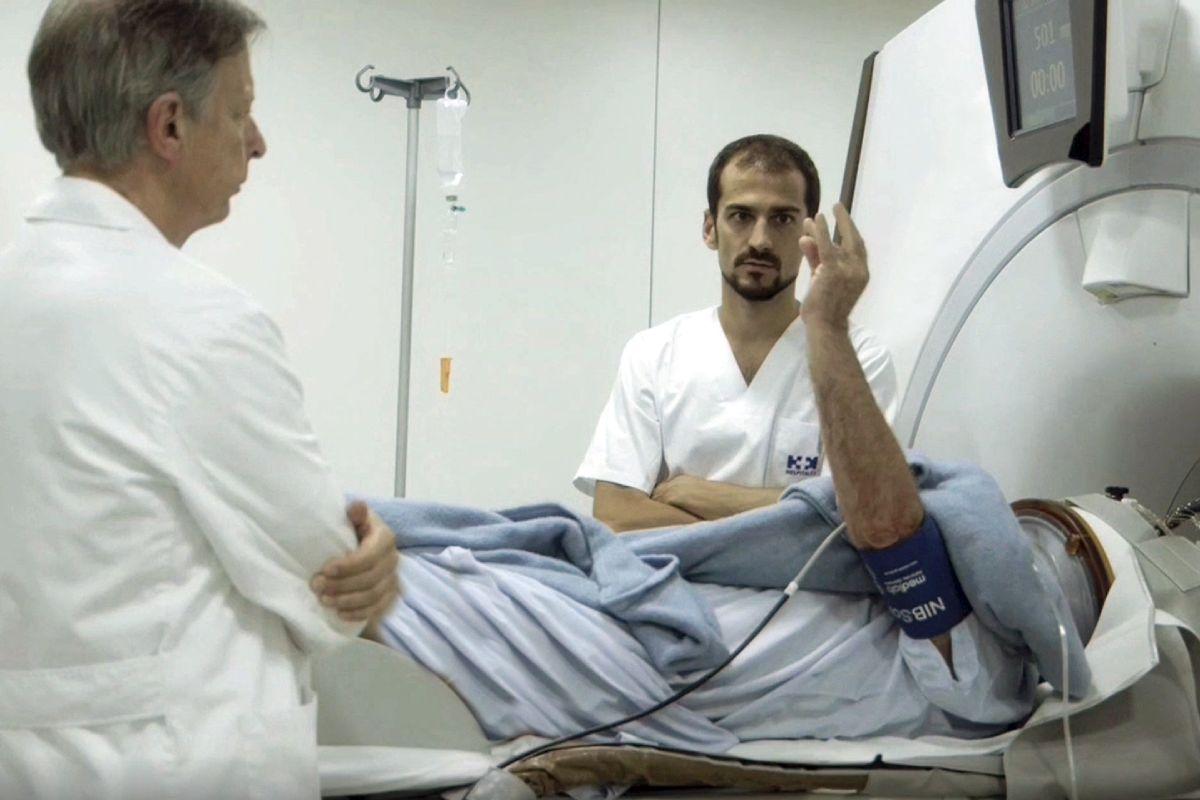 José Angel Obeso, a la izquierda, y Raúl Martínez, en un momento de estudio de un paciente con Párkinson.