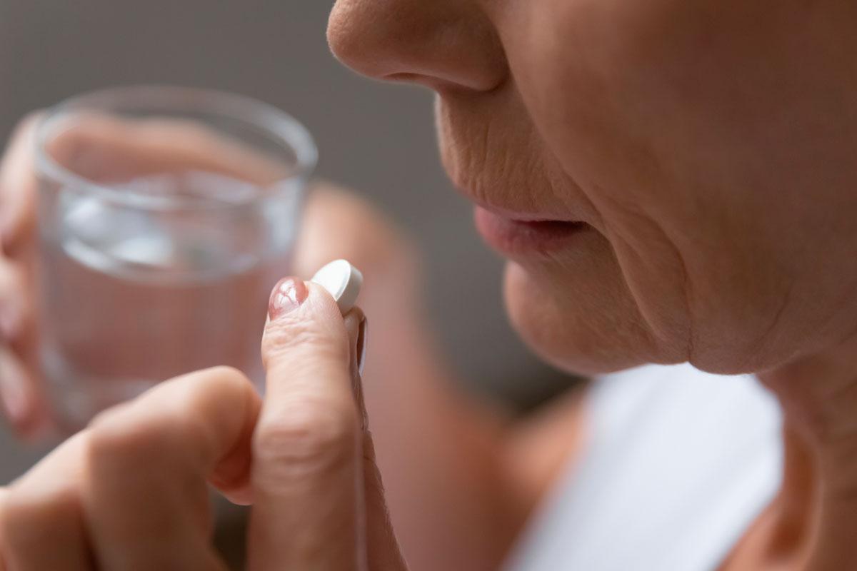 Una mujer toma una 'aspirina'.