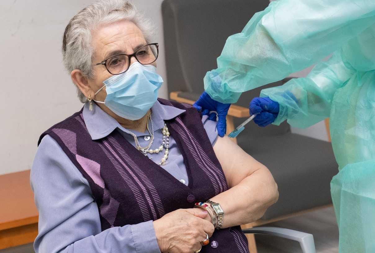 Nieves Cabo, primera gallega en recibir la segunda dosis de la vacuna de Pfizer-BioNtec.h