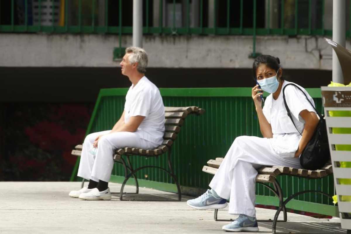 Sanitarios dándose un descanso a las puertas de su hospital.