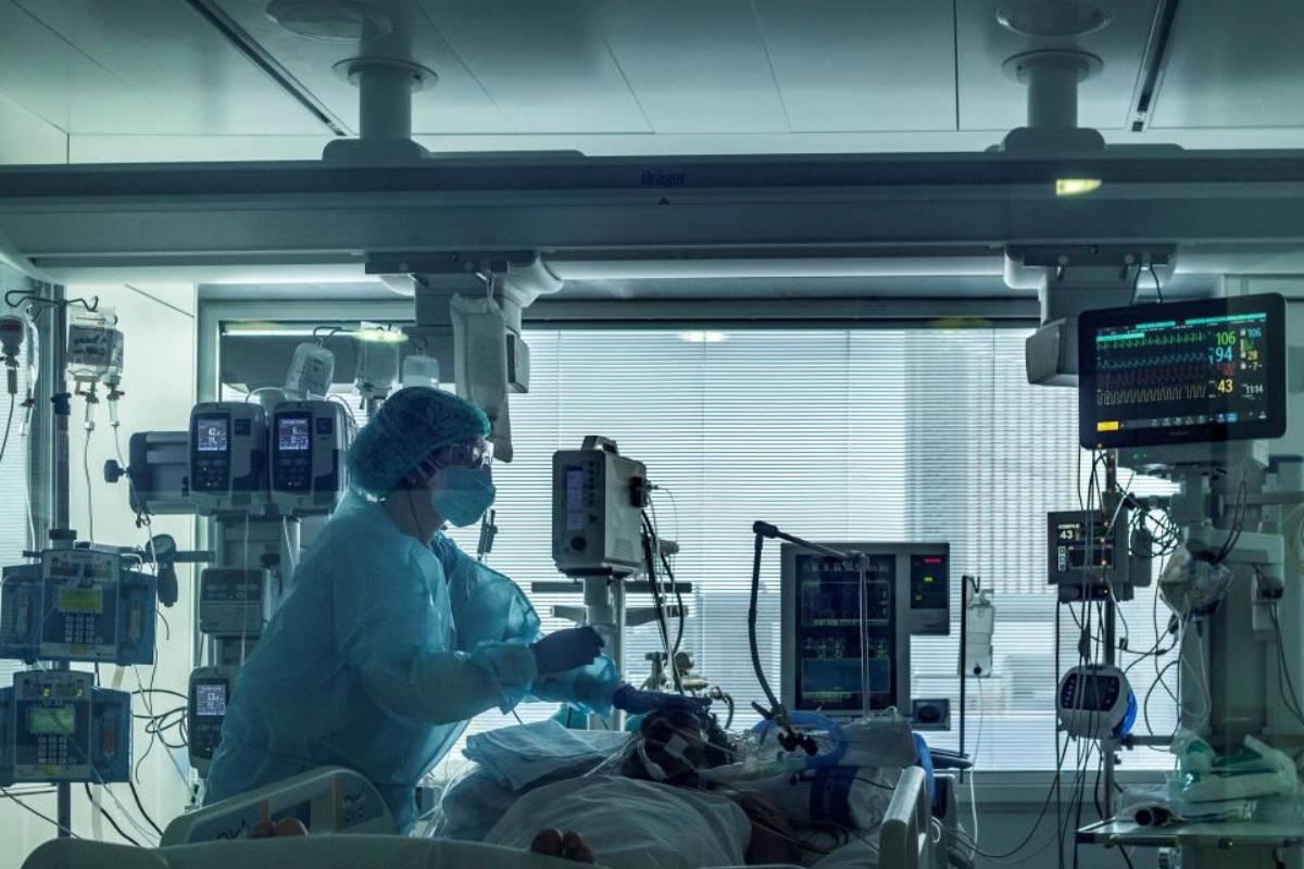 Profesionales sanitarios de las UCI del Hospital Universitario de Bellvitge. (FOTO: EFE/ Enric Fontcuberta)