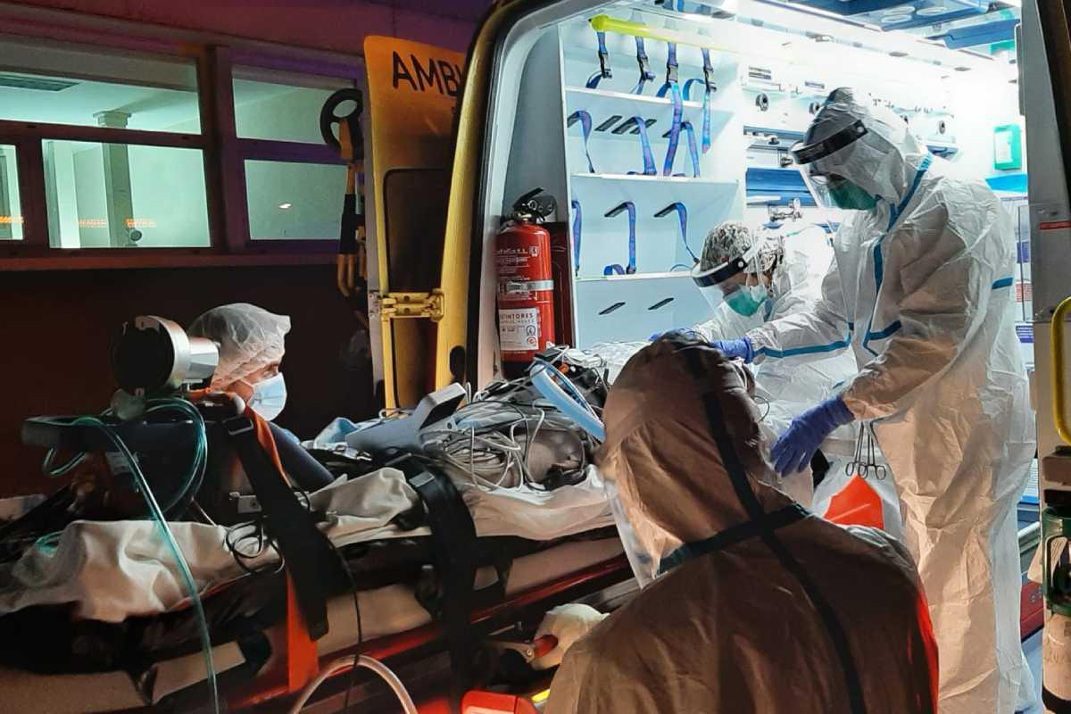 Un momento del traslado del paciente en ECMO. Foto: HVH