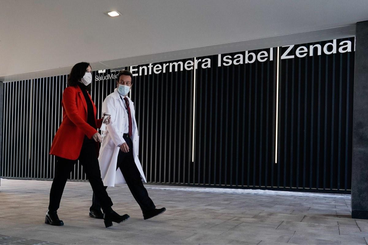 Isabel Díaz Ayuso, acompañada hoy por el director médico del Isabel Zendal, durante su visita al 'hospital de pandemias' de Madrid (FOTO: CAM).
