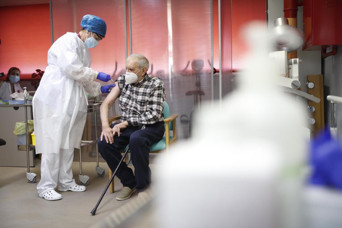 Una enfermera pone la primera vacuna de Madrid en una residencia de la comunidad, el pasado 27 de diciembre, el día del inicio de la campaña (FOTO: CAM).