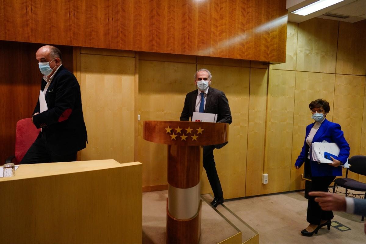 Antonio Zapatero, Enrique Ruiz Escudero y Elena Andradas, en los momentos previos a su comparecencia de hoy (FOTO: CAM).