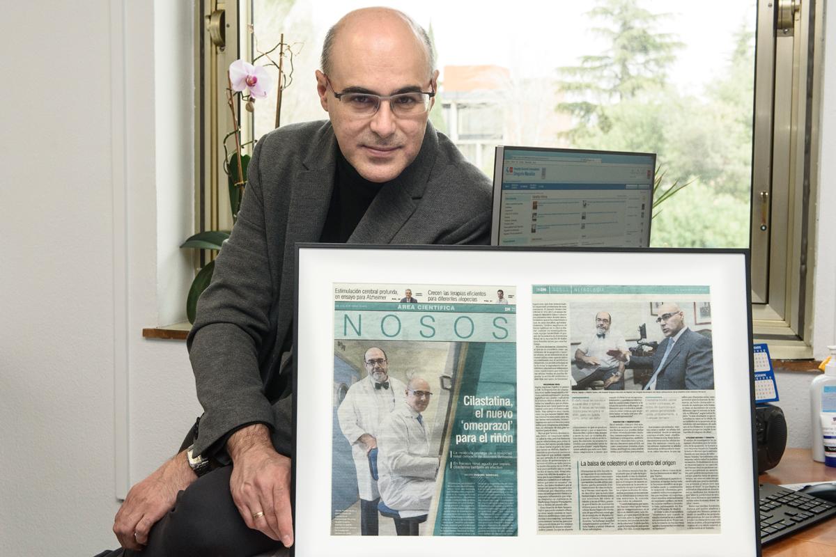 Alberto Lazaro posa con la foto que Alberto Tejedor enmarcó con motivo de una entrevista para Diario Médico. FOTO: Luis Camacho.