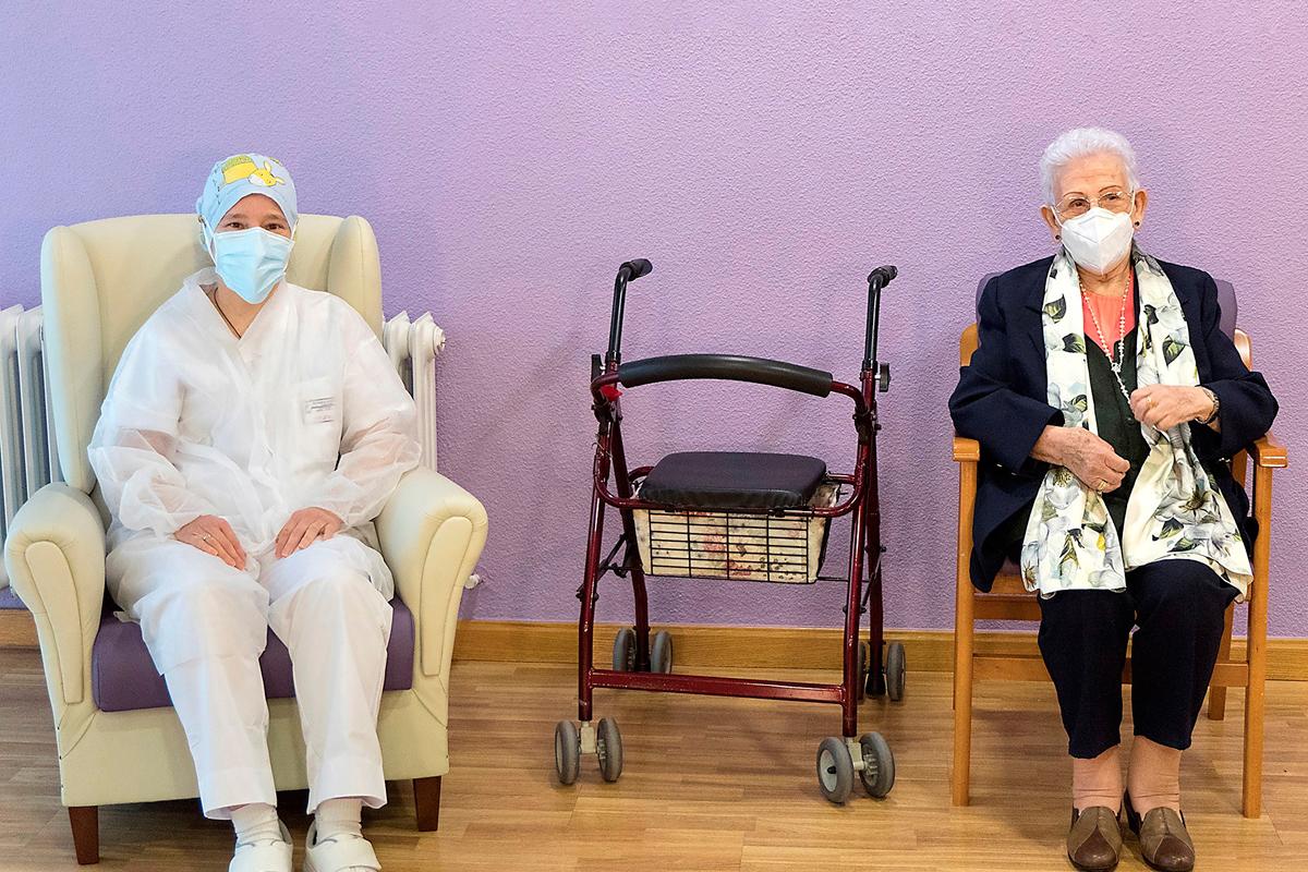 Mónica Tapias y Araceli Hidalgo, sanitaria y residente, primeras en recibir la vacuna contra la covid.