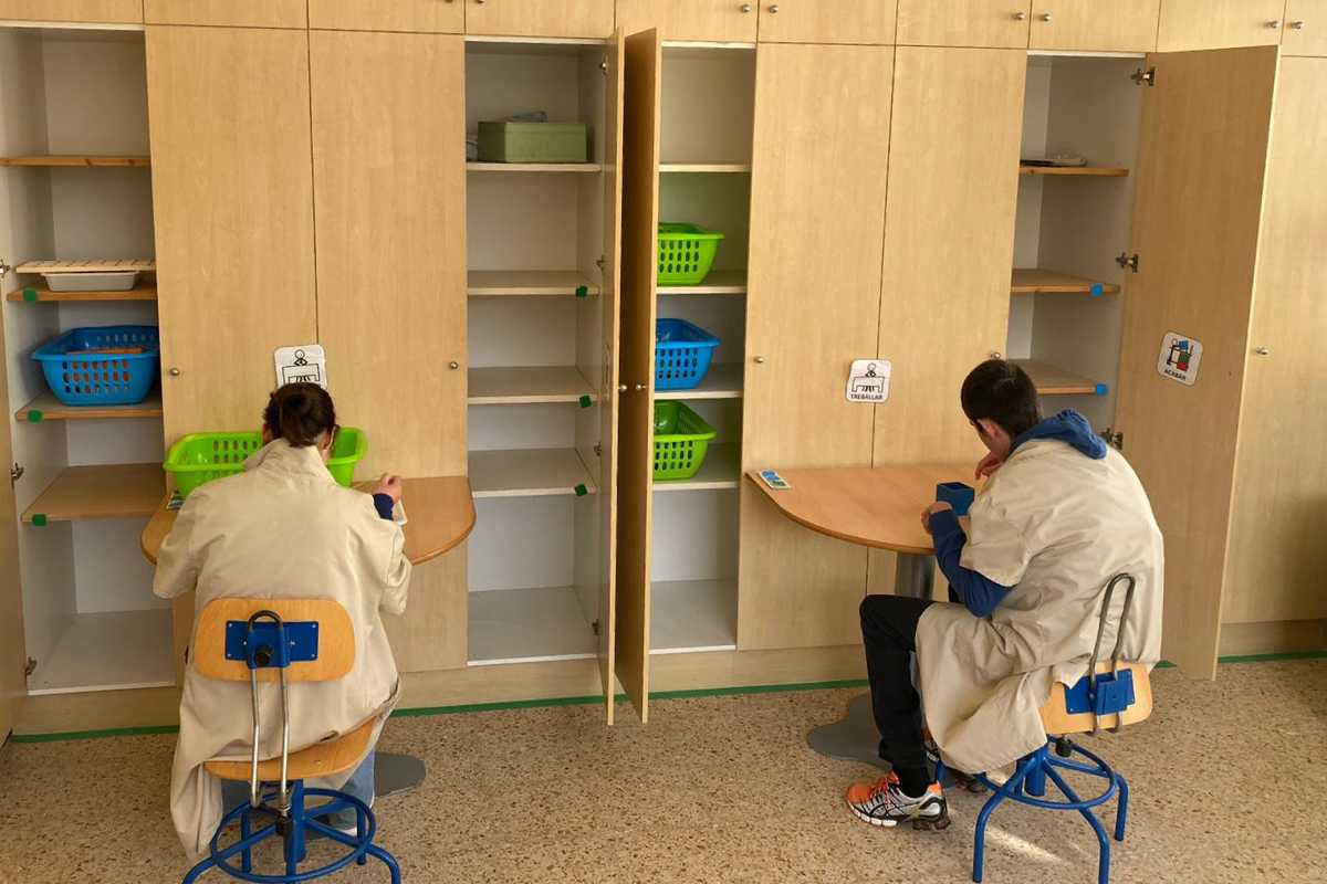 Sala adaptada con una organización que facilita que el residente entienda qué se espera de el.