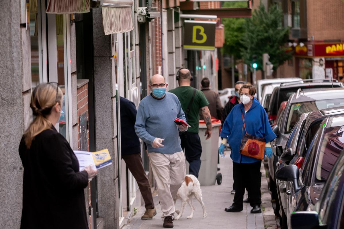 Viadantes con mascarilla por una calle de Madrid (José Luis Pindado)