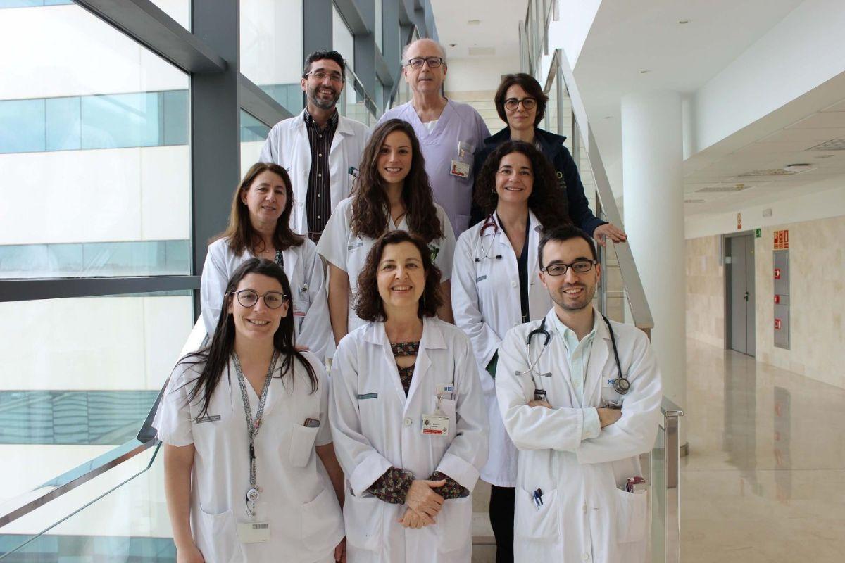Rául Méndez y Rosario Menéndez, en primera fila, a la derecha, con el Grupo de Infecciones Respiratorias del Instituto de Investigación Sanitaria del Hospital La Fe de Valencia (IIS-La Fe). Foto: Enrique Mezquita.