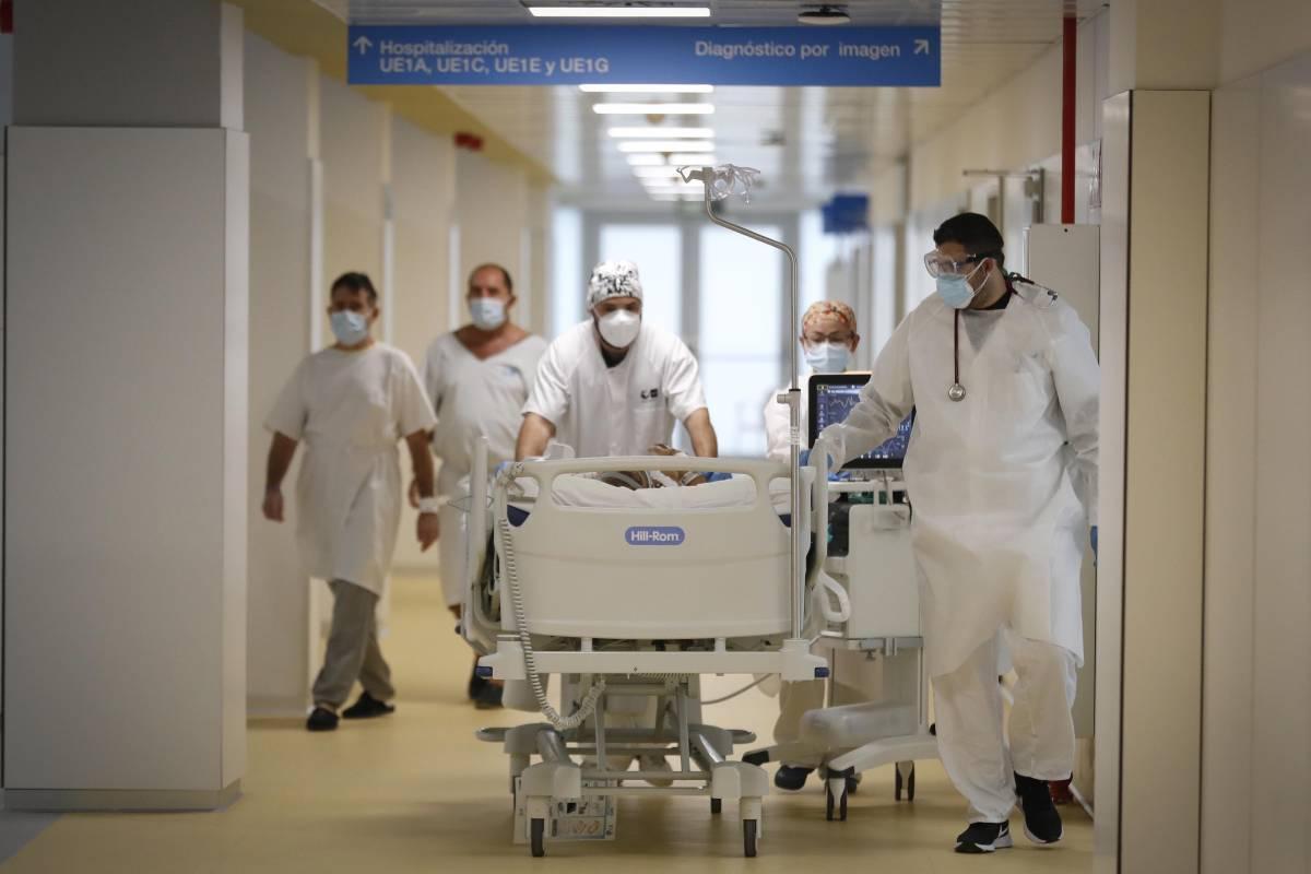 Sanitarios del Hospital Isabel Zendal transportando a un paciente (Comunidad de Madrid)
