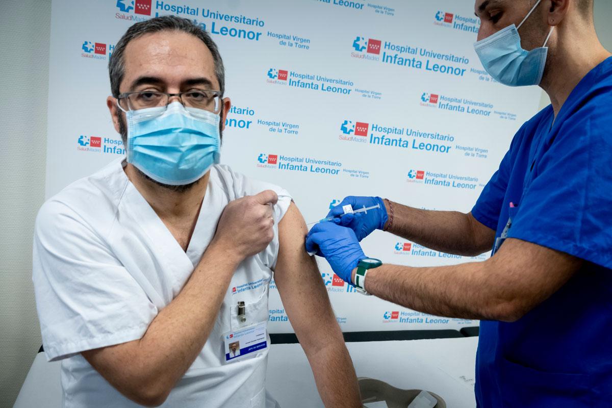 Ismael Escobar, jefe del Servicio de Farmacia del Hospital Universitario Infanta Leonor (Madrid), recibió el 14 de enero la primera dosis de la vacuna. (Fotos: José Luis Pindado)