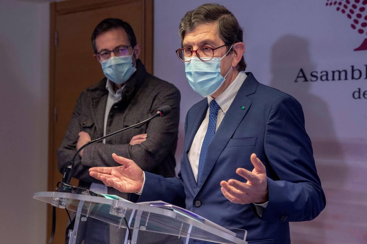 El consejero de Salud de Murcia, Manuel Villegas, da una rueda de prensa este miércoles en la Asamblea Regional de Murcia en Cartagena, para justificar la decisión de vacunar al personal de la Consejería y SMS (EFE/Marcial Guillén)