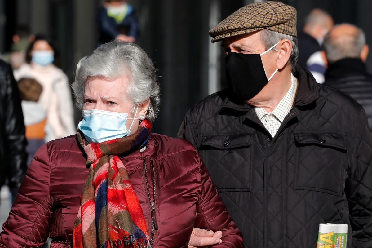 Ancianos con mascarilla