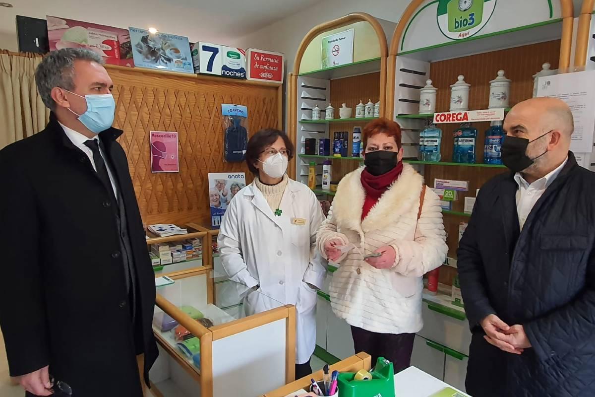 Eldelegado del Gobierno en Castilla y León, Javier Izquierdo, y el presidente del Concyl, JavierHerradón, en una farmaciadeBecillade Valderaduey (Valladolid).