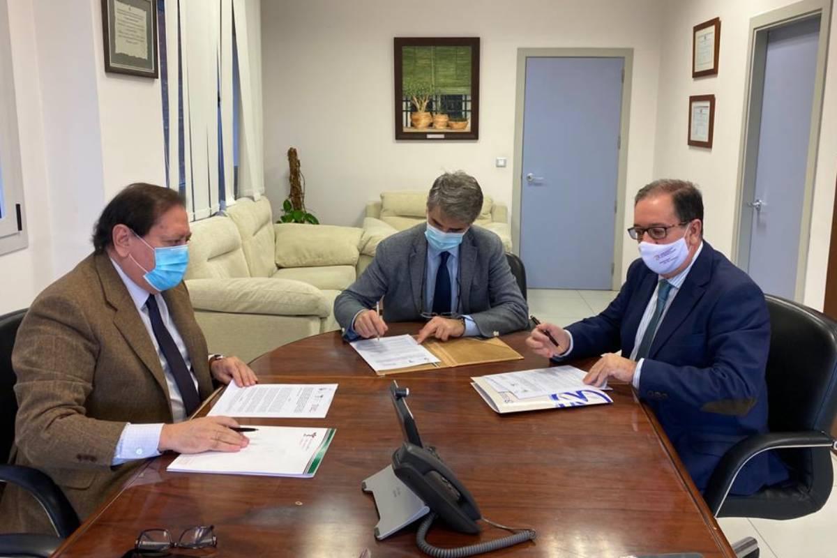 Pedro A. Claros Vicario, presidente del COF de Cáceres; Cecilio Franco Rubio, gerente del Servicio Extremeño de Salud (SES), y Cecilio J. Venegas Fito, presidente del COF deBadajoz,