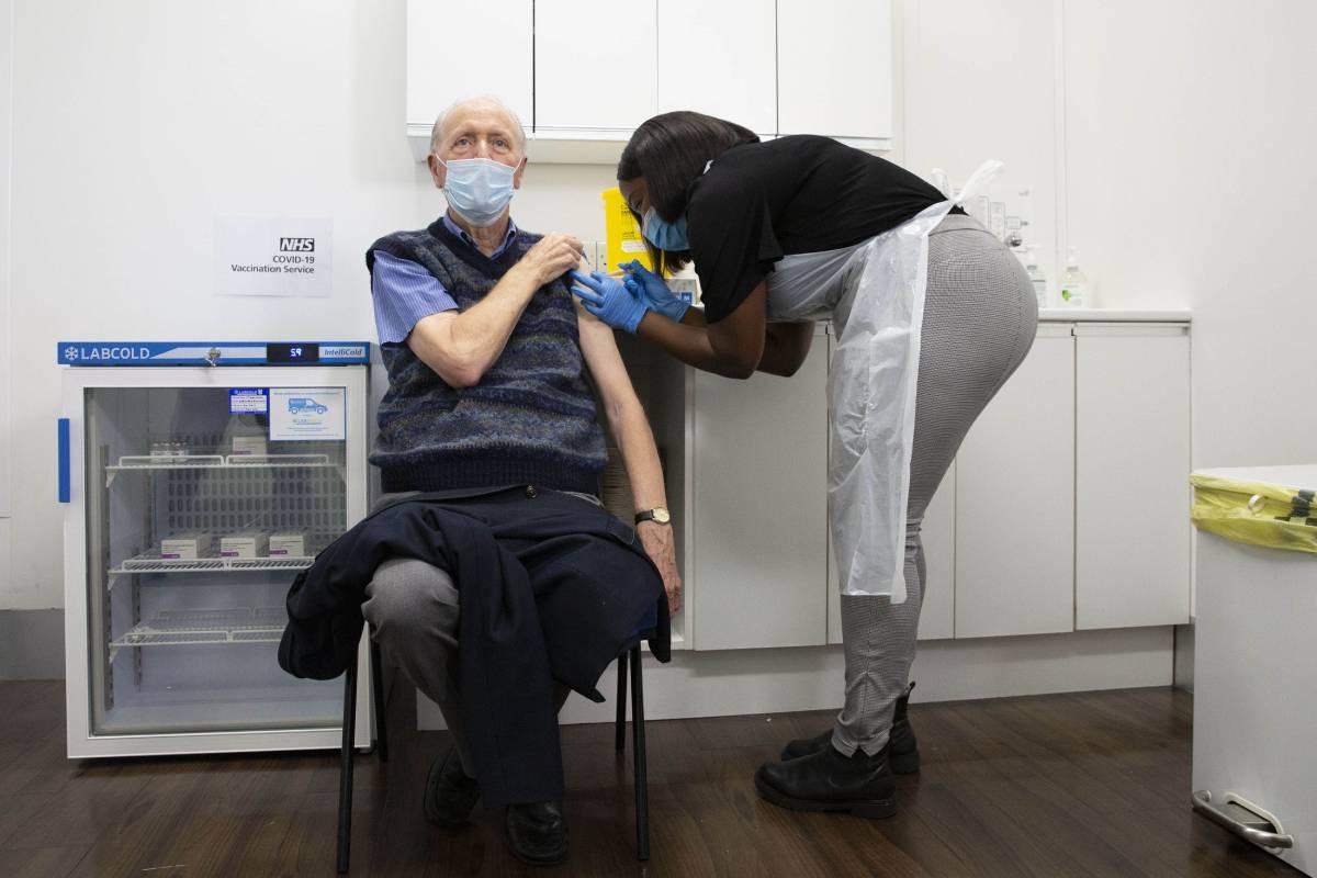 Derek Mersh, de 82 años, primer paciente vacunado de covid en la cadena de farmacias Superdrug, en Guildford (Reino Unido). /Superdrug.