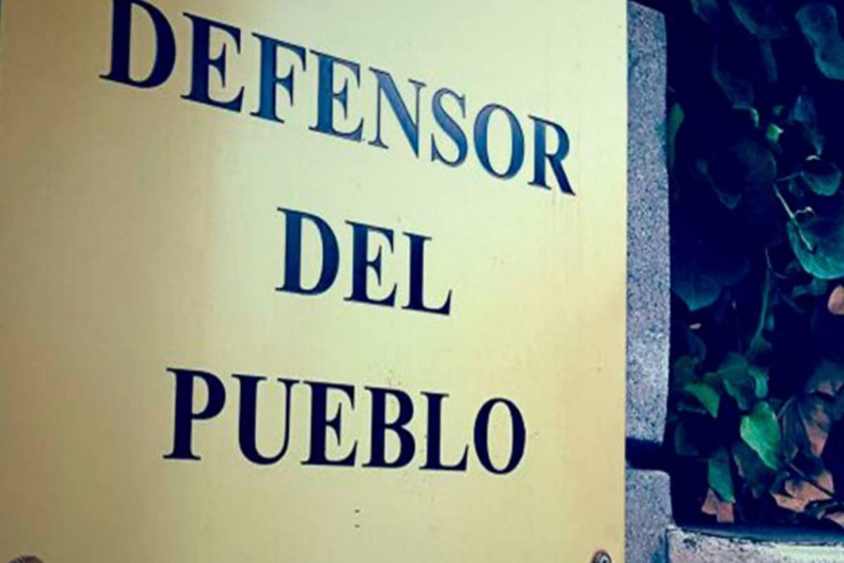 Placa de la entrada a la sede del Defensor del Pueblo.