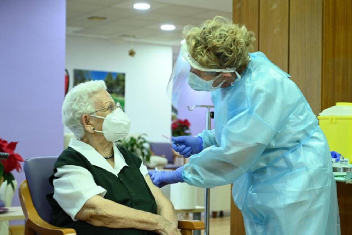 Araceli Hidalgo, residente del centro Los Olmos de Guadalajara, fue la primera española en recibir la vacuna.