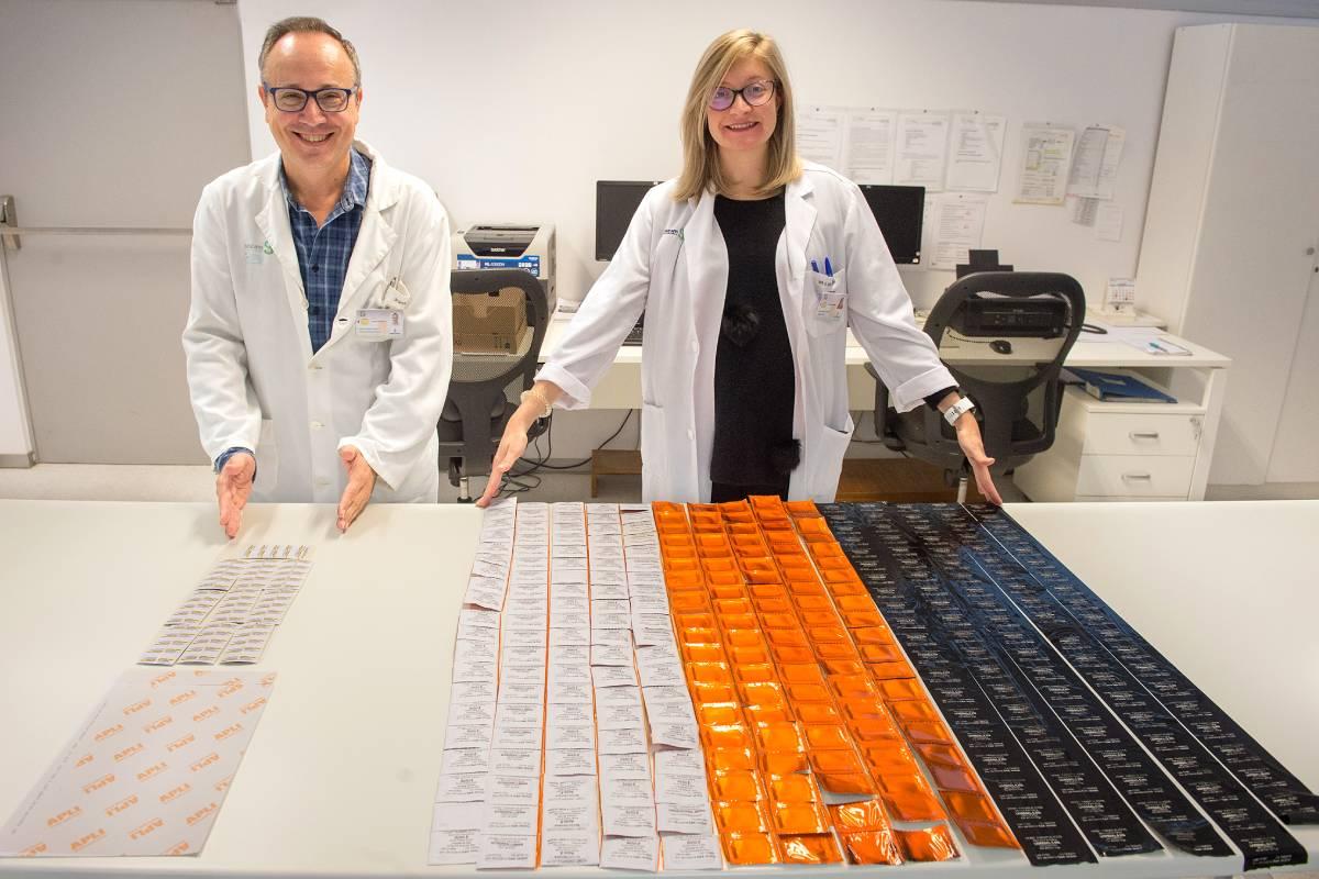 El Servicio de Farmacia del Hospital de Parapléjicos, de Todelo, reetiqueta los medicamentos en vez de reembalsarlos, eliminando residuos contaminantes.