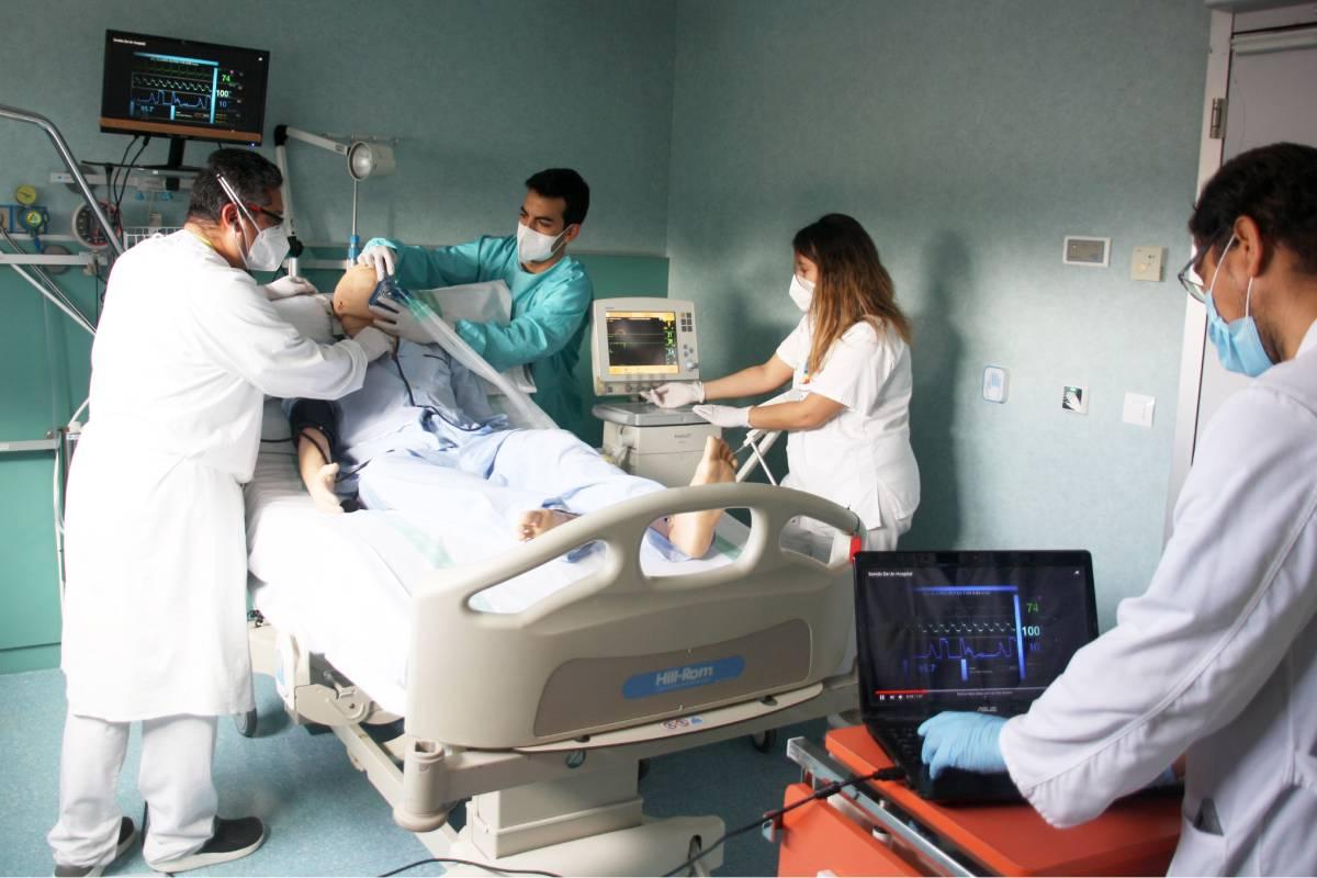 Profesionales del Hospital Mancha Centro participando en una simulación para mejorar la calidad de la atención a los pacientes de Urgencias (Gobierno de Castilla-La Mancha)