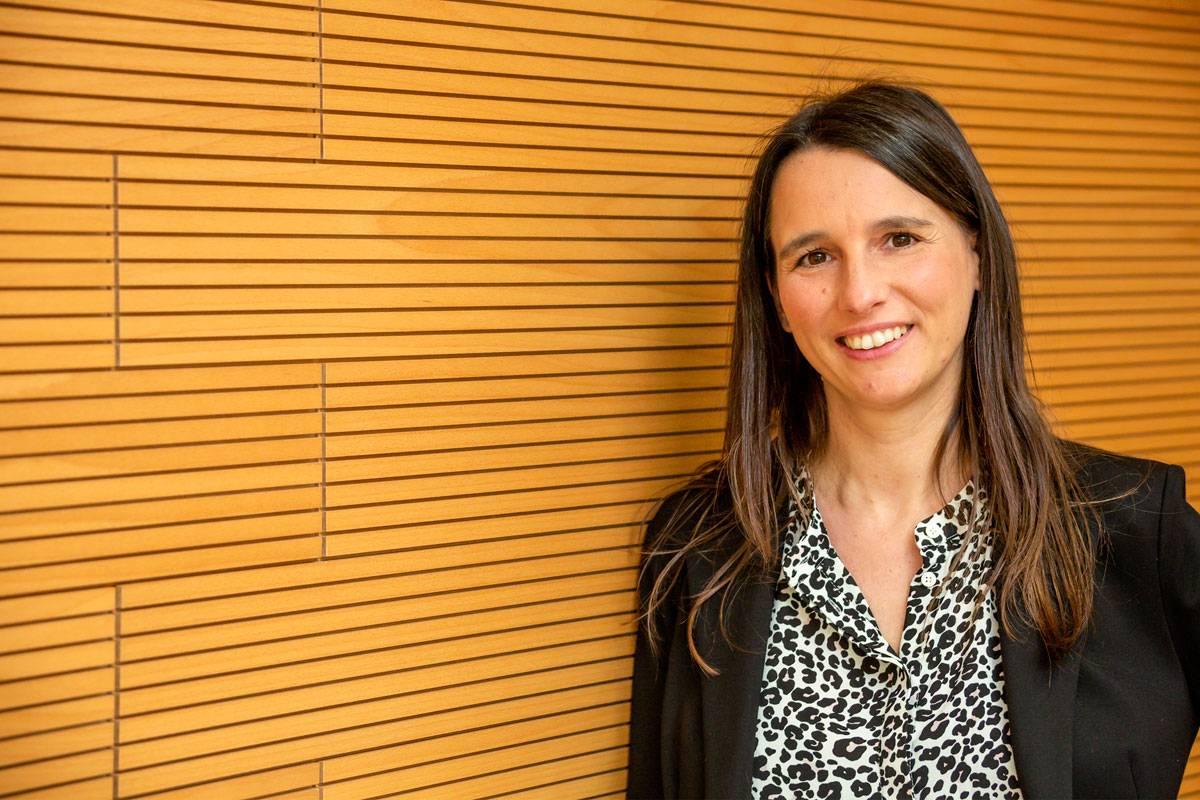 Sònia Guedan investiga en la aplicación de la terapia CAR-T en tumores sólidos en el Idibaps. (FOTO: Jaume Cosialls)