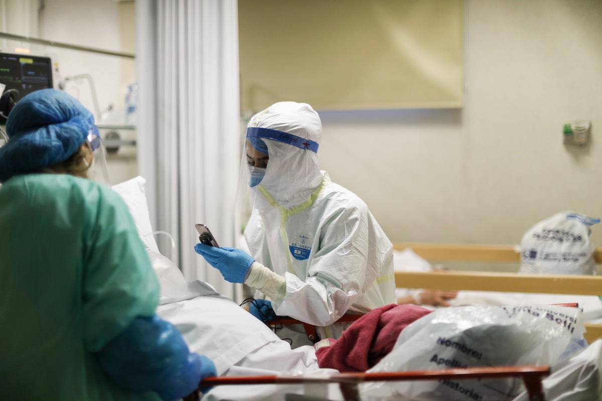 Dos sanitarios trabajan en el servicio de Urgencias de un hospital de Madrid durante la primera ola de la pandemia (FOTO: Alberto Di Lolli).