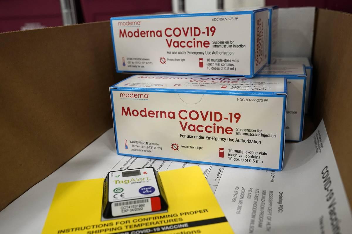 Cajas con la vacuna de Moderna frente a la covid-19, preparadas para ser enviadas al centro de distribución de McKesson en Olive Branch, Mississippi, en Estados Unidos, tras su aprobación por la FDA (EFE).