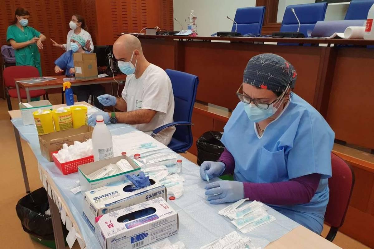 Sanitarios preparando las dosis para iniciar una jornada de vacunación (Gobierno de Extremadura)